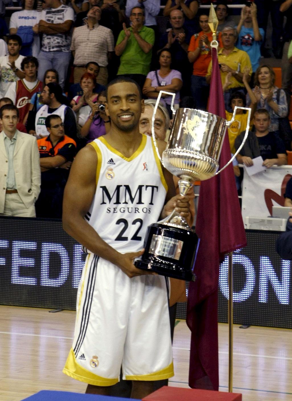 Louis Bullock, con la copa de campeón del Torneo Comunidad de Madrid. (Archivo 20minutos).