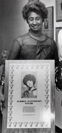 Audrey Patterson, sosteniendo un cuadro con sus logros (WIKIPEDIA).
