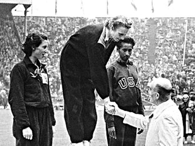 Patterson, a la derecha, en el podio de los 200 metros de Londres 1948 (WIKIPEDIA).