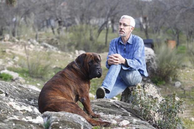 Federico Baudin junto a uno de sus perros. (JORGE PARÍS)