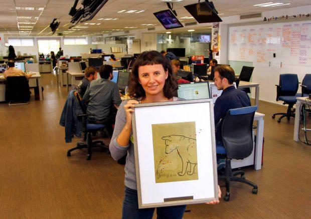 Con el premio que Amigos del Perro concedió el año pasado a 20minutos. (Jorge París)
