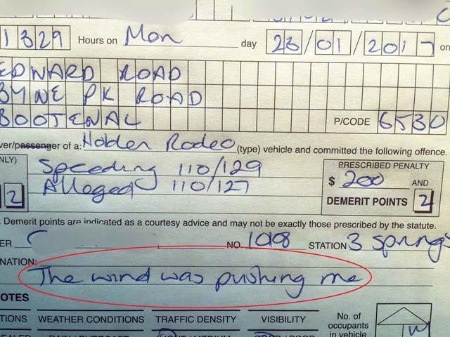 Le multan por exceso de velocidad y alega que el viento empujaba su moto
