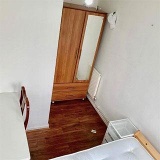 ¿Alguien sabe por dónde se entra a esta habitación en alquiler?