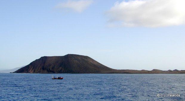 La isla de Lobos desde el mar es un volcán en medio del Atlántico.