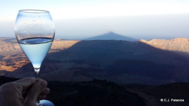 La impresionante sombra del Teide avanzando sobre la isla de Tenerife.