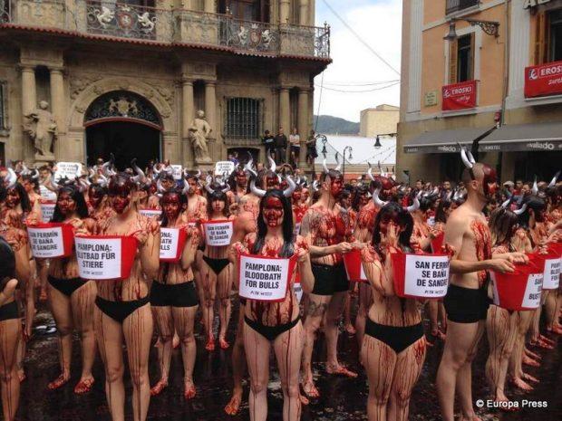 Protesta frente a la plaza Consistorial de Pamplona contra las corridas de toros y los encierros