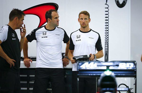 Jenson Button, en el box de McLaren (Efe).