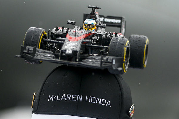 Gorra de McLaren-Honda, con monoplaza incorporado, mojada por la lluvia. Vista hoy en Suzuka (foto: Efe).