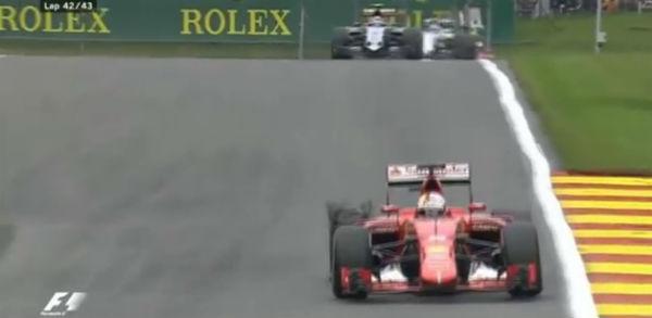 Vettel, con la rueda reventada en Spa.