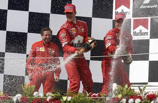 Michael Schumacher, celebrando una victoria en el podio (Foto: Ferrari).