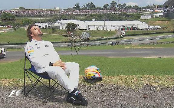 Fernando Alonso, tomando el sol en Interlagos.