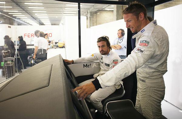 Button y Alonso, en la factoría de McLaren (Foto: McLaren).