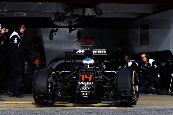 Fernando Alonso, saliendo del box de McLaren esta mañana en Montmeló (Foto: McLaren).