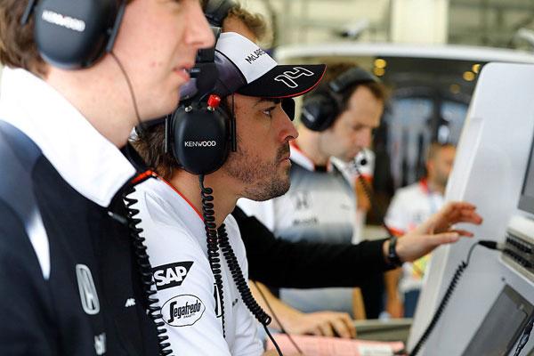 Alonso, siguiendo el GP de Bahréin con el equipo McLaren. (Foto: McLaren)