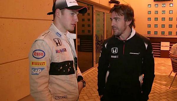 Vandoorne, charlando con Alonso tras el GP de Bahréin.