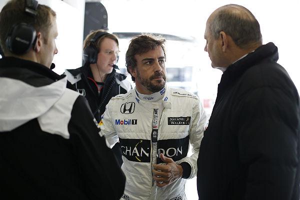 Alonso, charlando con Ron Dennis (Foto: McLaren).