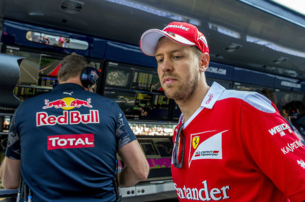Vettel, tras visitar el muro de Red Bull en Sochi, para quejarse de Kvyat (Foto: archivo).