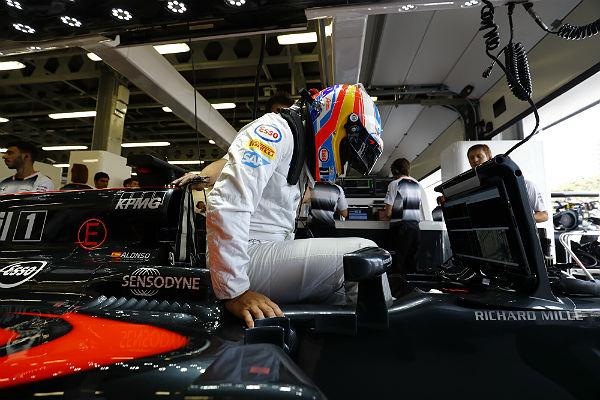 Fernando Alonso se monta en el McLaren (Foto: McLaren).