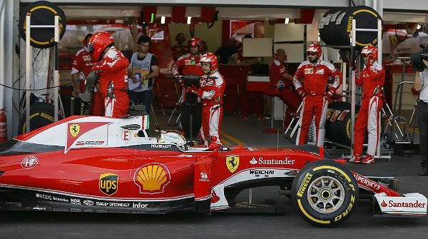 Vettel, junto al box de Ferrari en Bakú (Foto: Efe).