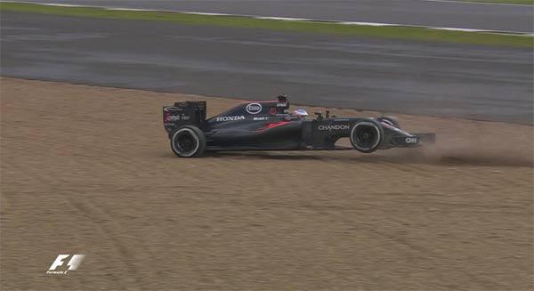 Fernando Alonso, intentando controlar su McLaren tras salirse de pista.