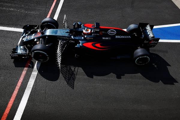 El McLaren, cargado de sensores en los test de Silverstone (Foto: McLaren).