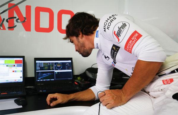 Fernando Alonso, observando datos de telemetría. (Foto: McLaren).