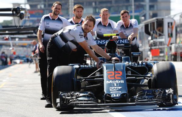 Empujando el coche de Button (Foto: McLaren).