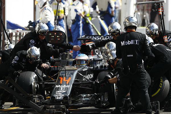 Fernando Alonso, en boxes (Foto: McLaren).