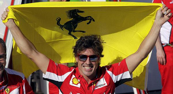 Alonso, con la bandera de Ferrari. (Foto: Archivo).