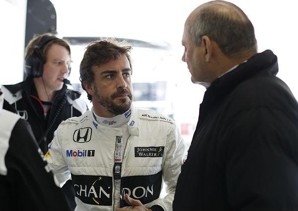 Fernando Alonso, charlando con Ron Dennis (Foto: McLaren).