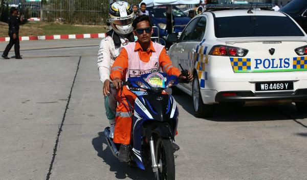 Hamilton, tras abandonar en el GP de Malasia (Foto: Efe).