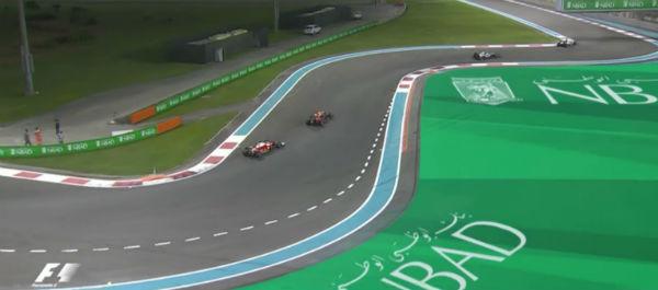 Hamilton, frenando a Rosberg. Por detrás se acercan Vettel y Verstappen.