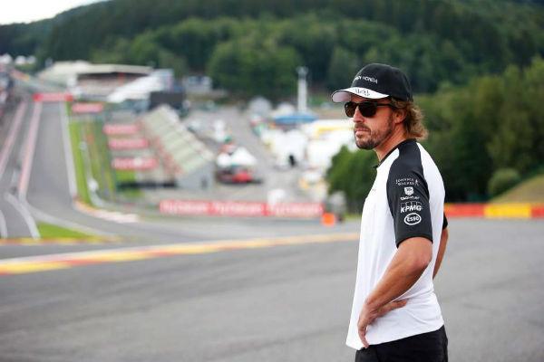 Alonso, contemplando la mítica curva de Eau Rouge, en el circuito belga de Spa. (Foto: Archivo).