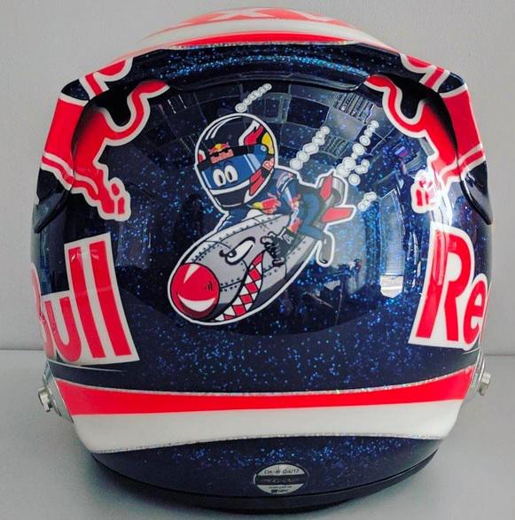 Kvyat se burla de Vettel con el nuevo diseño de su casco