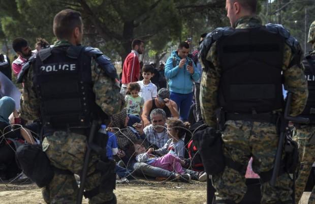 Efectivos de las Fuerzas especiales de Macedonia vigilan en la región fronteriza con Grecia. (EFE)