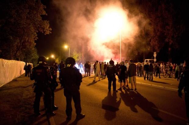 La Policía alemana trata de dispersar la manifestación neonazi en contra de los centros para refugiados. (EFE)