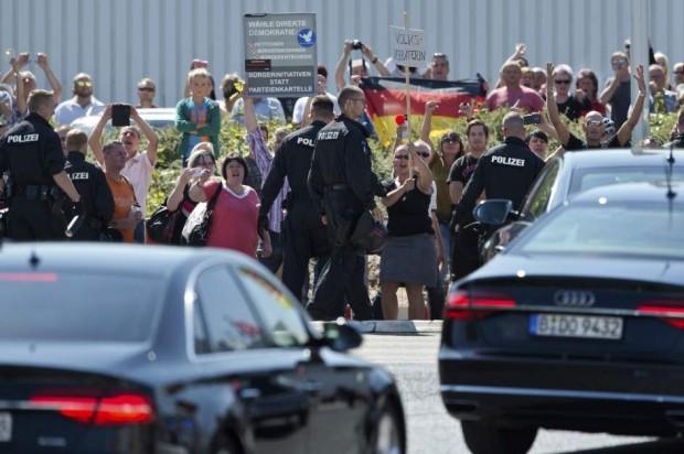 """Merkel, abucheada al visitar el centro de refugiados atacado en Heidenau: """"¡Preocúpate de tu gente!"""". (EFE)"""