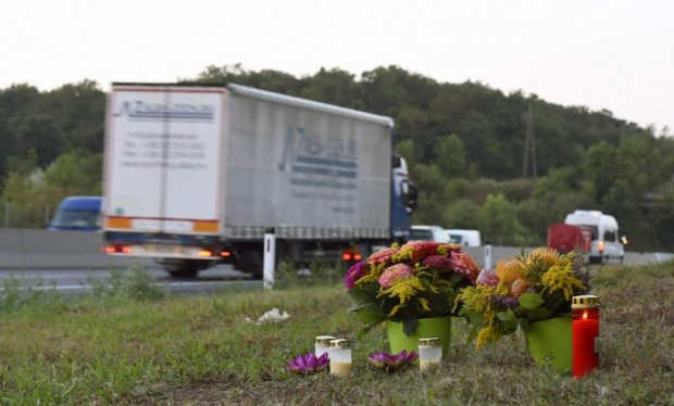 Flores en el lugar en el que fueron hallados los cadáveres de 71 personas en un camión en Austria.  (EFE)