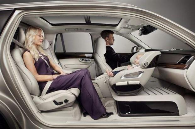 Volvo ideando nuevas formas de viajar con un bebé en el coche.