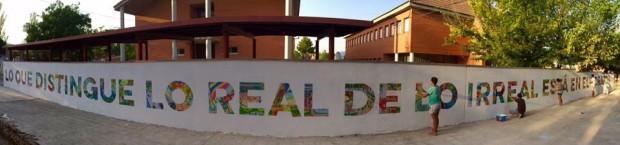 """""""Lo que distingue lo real de lo irreal está en el corazón"""", un muro interior del colegio que fue pintado por alumnos, profesores y familias."""