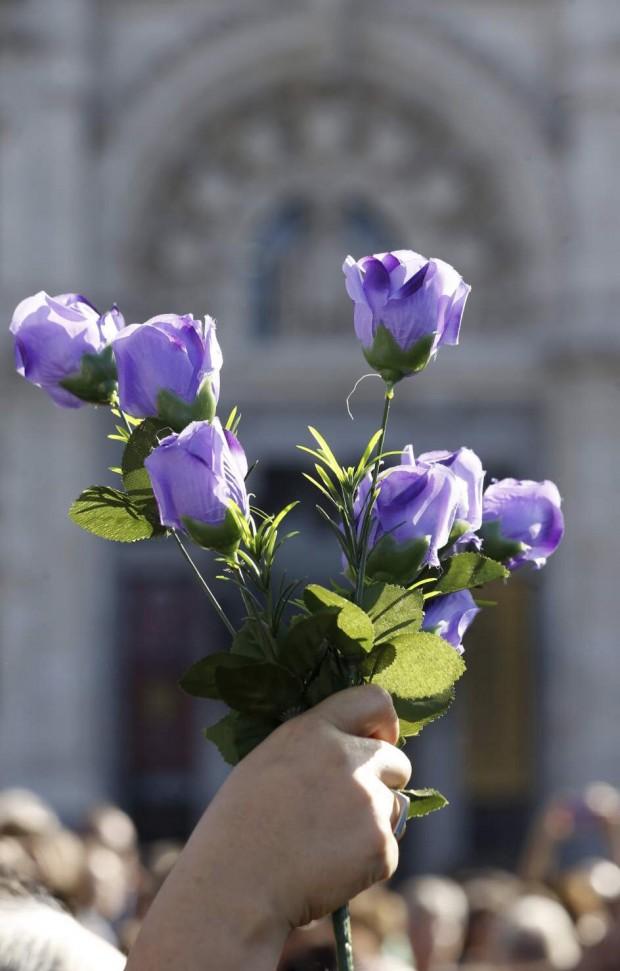 """FLORES CONTRA LA VIOLENCIA MACHISTADetalle de unas flores moradas en la primera gran movilización nacional contra las """"violencias machistas"""" en Madrid. (J.J. Guillén / EFE)"""