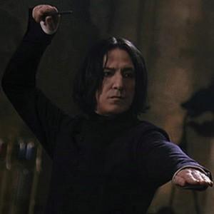 Severus Snape lanzando un hechizo en una de las películas de Harry Potter (WARNER).