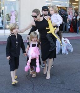 ¿Angelina Jolie también habrá tirado de babas para limpiar a Shiloh, Vivienne y K? (GTRES)