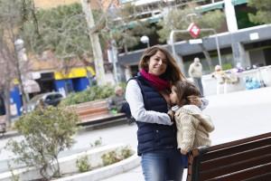 Marietta dando el pechoa su hija (Jorge PArís)