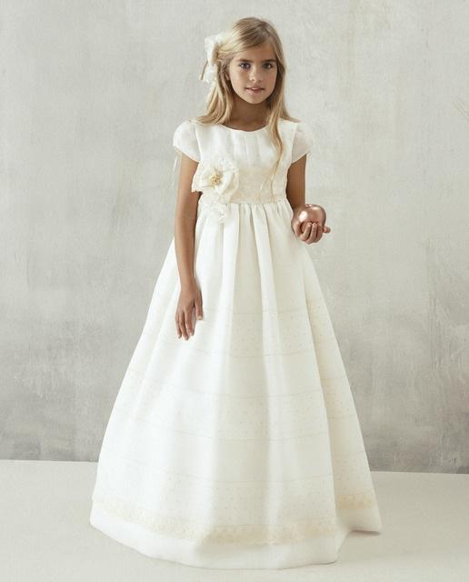 Vestido de comunión Devota & Lomba 695€ (catálogo de El corte inglés).