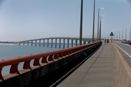 Vista del puente une La Rochelle con la isla de Ré (EFE/Juanjo Martín).