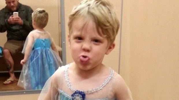 Caiden es un niño de Virginia (EEUU) que adora Frozen. Así que este año ha pedido que su disfraz de Halloween sea de esta película de Disney. En concreto, el vestido de la princesa Elsa. Su foto ha llamado la atención en redes sociales, tras ser compartida de forma pública en Facebook por su padre, Paul Henson, en un alegato por la normalización de los niños que también quieren jugar a ser princesas.