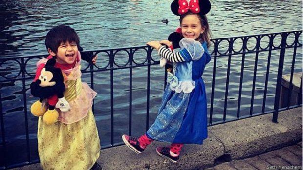En su cuenta de Instagram, Seth Menachem ha publicado varias fotos de sus hijos. En algunas de ellas se ve a su hijo con vestidos.