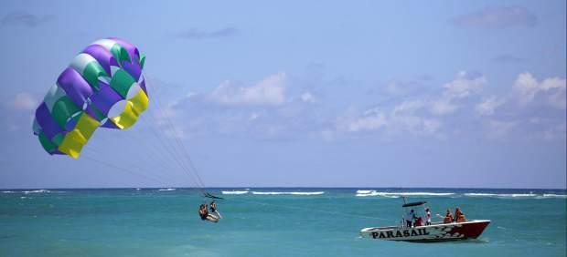 Un grupo de turistas disfruta de la playa en Punta Cana (República Dominicana).
