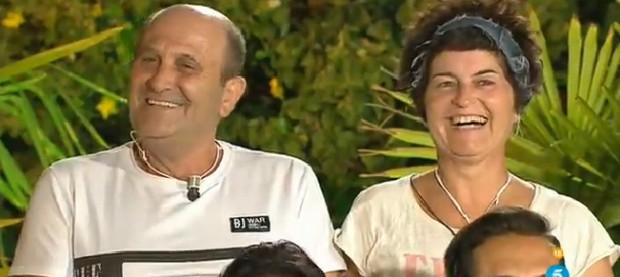Maricarmen y su marido, sonrientes tras revisar la tubería. (TELECINCO)